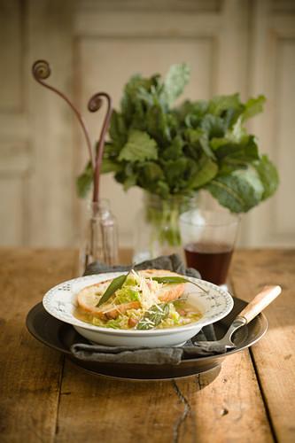 Kohlsuppe mit Weissbrot und Käse
