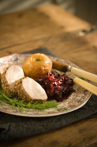Schweinemedaillons mit Bratapfel und Rotkohl