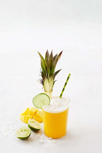 Mango-Ananas-Slushie mit Limetten