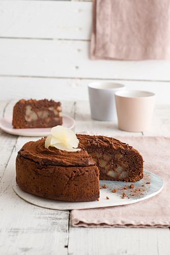 Chocolate and cinnamon pie with pears