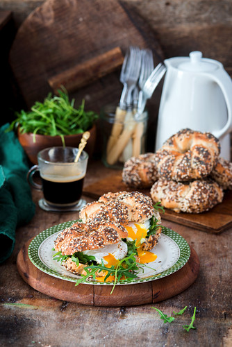 Bagels with rocket salad and poached egg