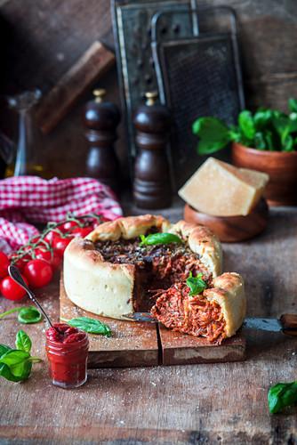 Pizza-Pie mit Rindfleisch und Tomaten, angeschnitten
