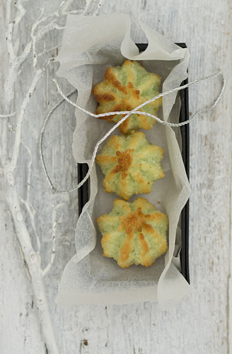 Pistachio and coconut macaroons in a box