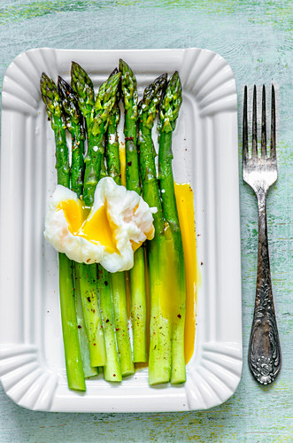 Asparagus with poached eggs and salsa verde