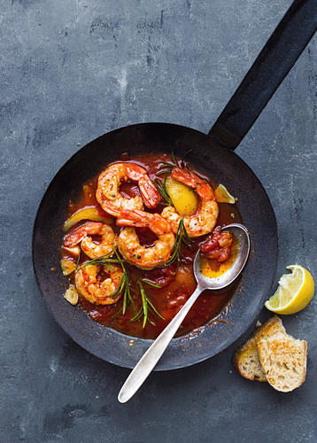 Mediterranean fried prawns with peppers, tomatoes and rosemary
