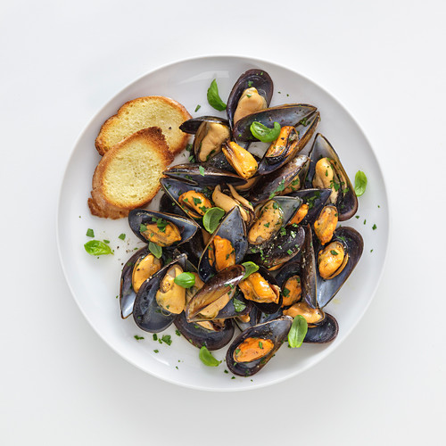 Mussels in white wine with herbs (Italy)