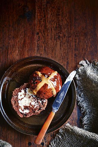 Chocolate hot cross buns with spelt (vegan)