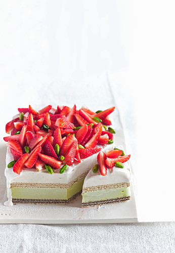 Ice cream cake with pistachios, cinnamon and strawberries