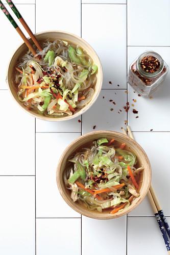 Asiatische Suppe mit Glasnudeln, Hähnchen und Weisskohl