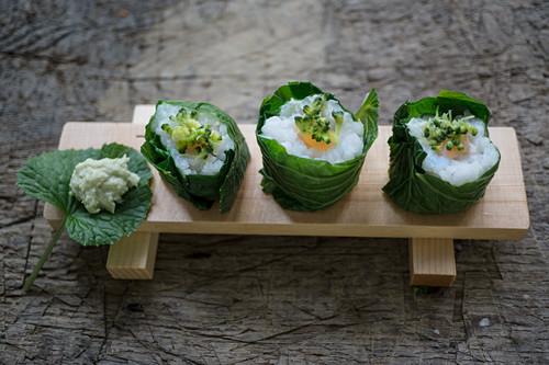 Lachs-Sushi mit in Dashibrühe gedünstetem Brokkoli
