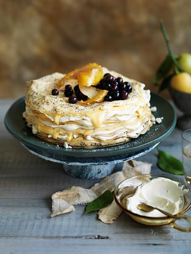 Crepe-Torte mit Mohn, Lemon Curd und Blaubeeren