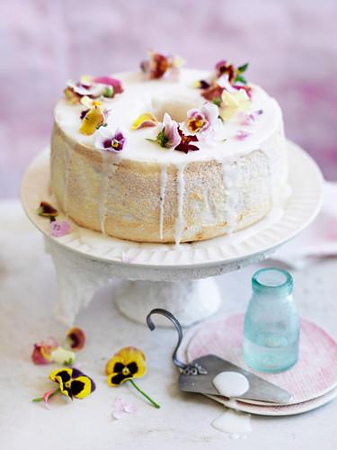 Angel Food Cake mit Orangenblüten und Himbeeren