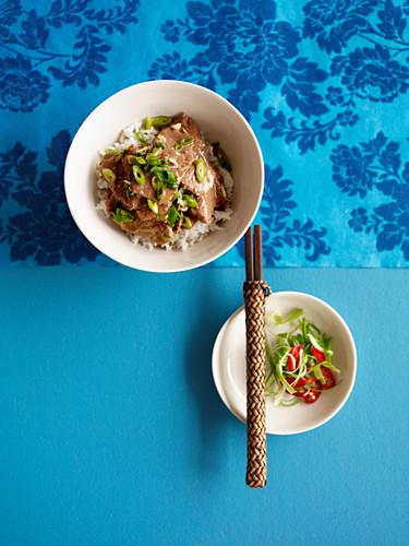 Mongolisches Knoblauch-Lamm mit Reis