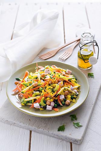 Reissalat mit Safran, Hähnchenfleisch und Gemüse