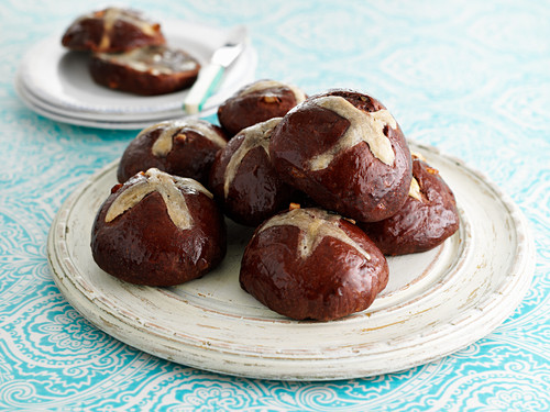 Hot cross buns with chocolate and orange