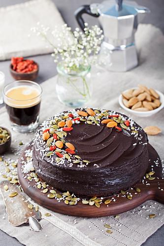 Veganer Schokoladen-Rote-Bete-Kuchen mit Avocadofrosting, Nüssen und Samen