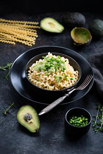 Pasta mit Avocadosauce und Erbsen (vegan)