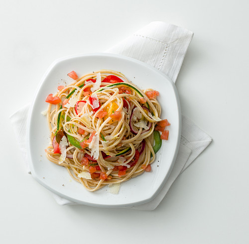 Wholemeal linguine and raw vegetables salad