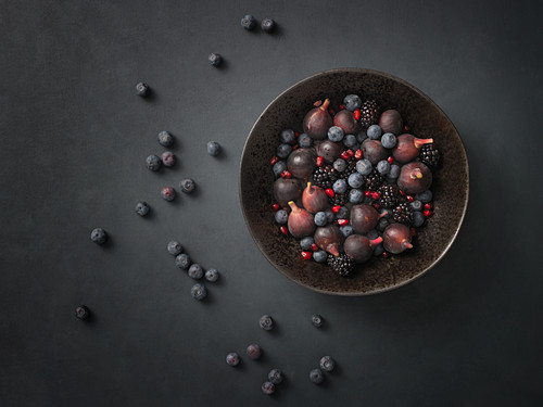Figs, blackberries and blueberries in a bowl