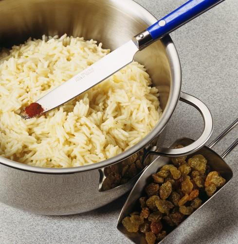 Preparing saffron rice with raisins