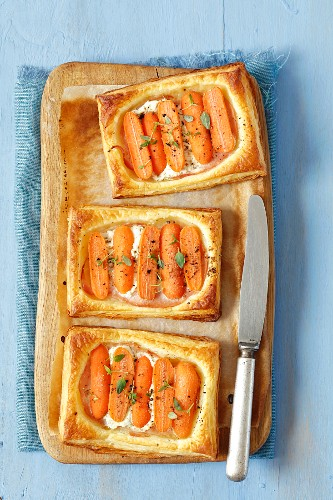 Puff pastry tartlets with ham, cream cheese and mini carrots
