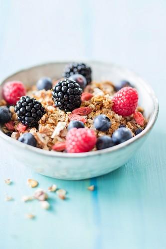 Veganes glutenfreies Granola-Müsli mit Aronia- und Gojibeeren