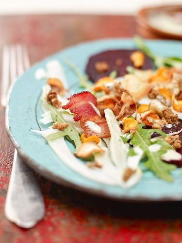 Beetroot salad with fennel, rocket, bacon and vegetable crisps