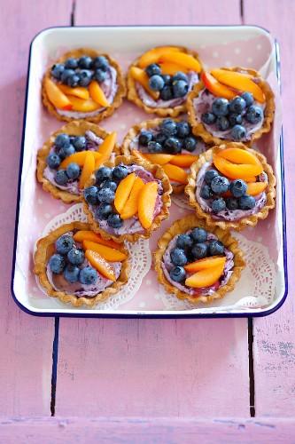 Mini tartlets with blueberry mascarpone cream, fruit and honey