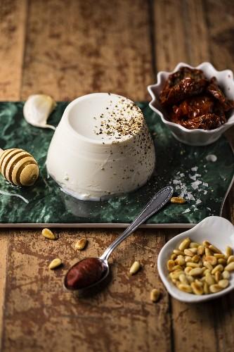 Zutaten für Ricotta-Aufstrich: Ricotta, getrocknete Tomaten und Pinienkerne