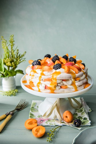 Aprikosen-Pavlova mit Brombeeren und Aprikosensauce auf Kuchenständer