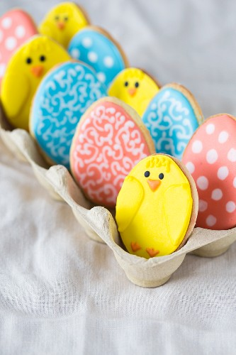 Bunte Osterplätzchen in einem Eierkarton