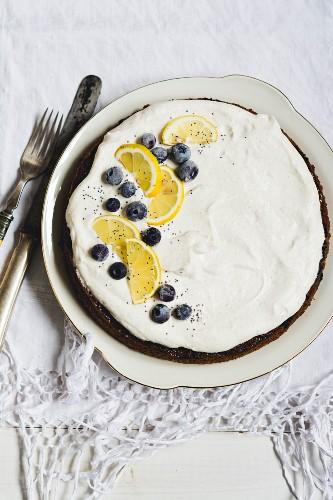 Zitronen-Heidelbeer-Kuchen mit Mohn