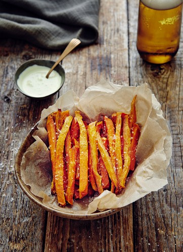 Oven-baked sweet potato chips with crème fraîche dip