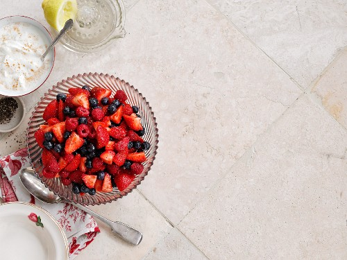 Spiced berries with cinnamon cream