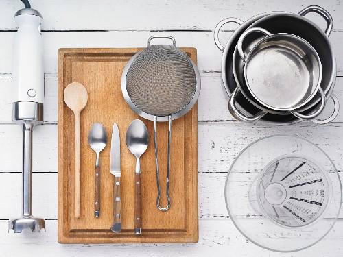 Küchengeräte für die Zubereitung von süssen Nudeln mit Zwetschgenröster
