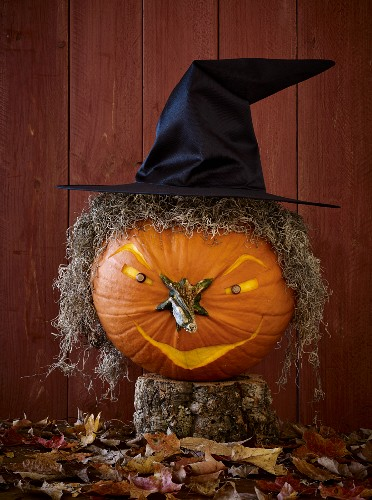A Halloween pumpkin with a witch's face and a witch's hat