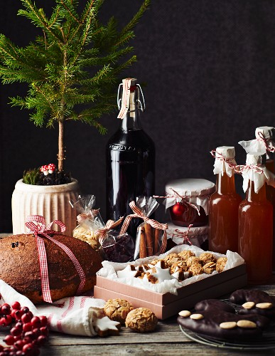 Weihnachtstisch mit selbstgemachtem Gebäck und Getränken zum Verschenken