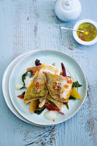 Fischfilet mit Mangold und Orangenfilets