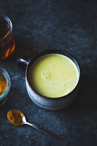 Goldene Milch - mit Kurkuma, Ingwer, Kardamom und Zimt