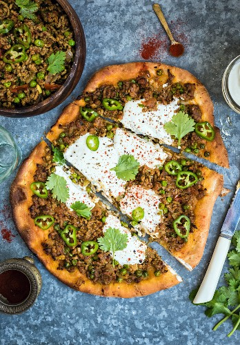 Lamm-Keema mit Joghurt und Chilies auf Pizza