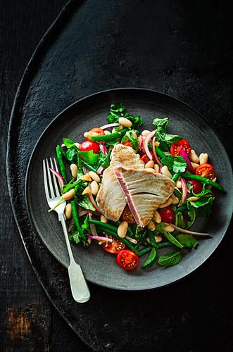 Thunfischsteak mit Bohnensalat und Dressing von eingelegten Zitronen