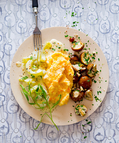 Cucumbers with carrot-potato mash and mushrooms