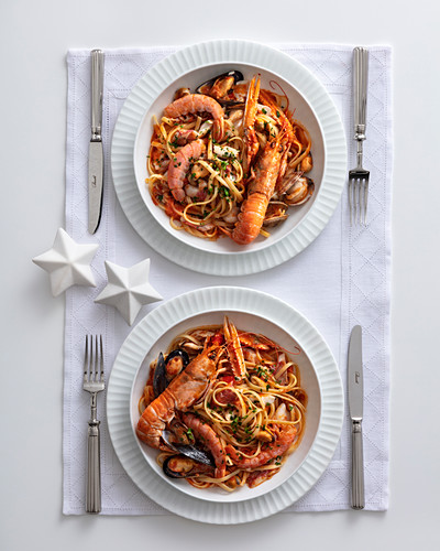 Linguine con pesce in guazzetto (pasta with fish and seafood, Italy)