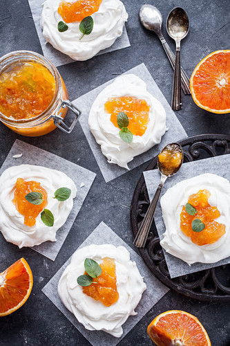 Mininpavlova with blood orange marmalade