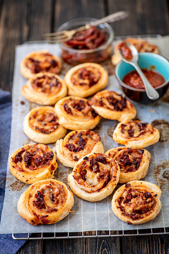 Puff pastry snails with tuna nad dried tomatoes