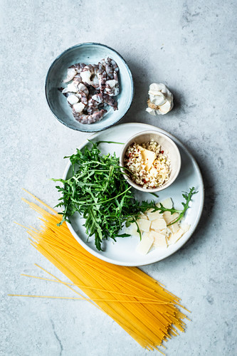Ingredients for spaghetti with shrimp, arugula and garlic butter