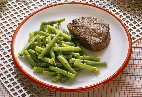 Small fillet steak with beans