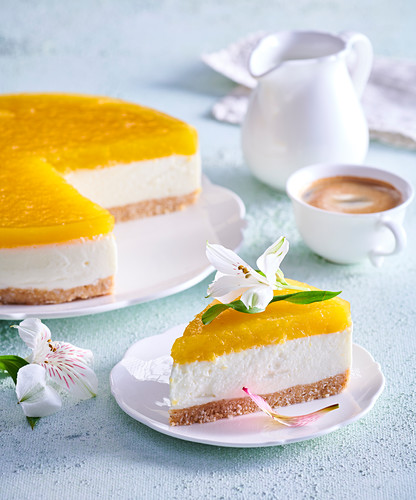 Unbaked cheesecake with mango jelly
