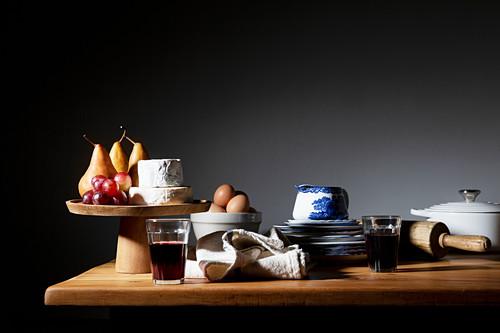 Stillleben mit Käse, Obst, Eiern und Wein