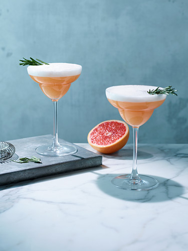 Cocktails with pink grapefruit and rosemary
